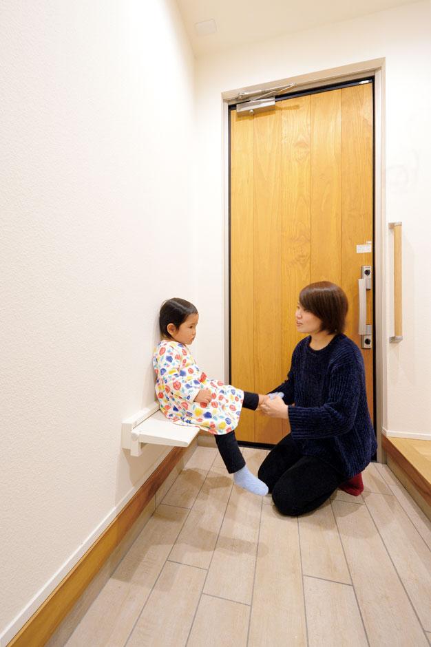 低燃費住宅 静岡(TK武田建築)【子育て、自然素材、省エネ】遊びに来る祖母のために玄関に設けた折りたたみのいす。子どもに靴を履かせるのにも便利