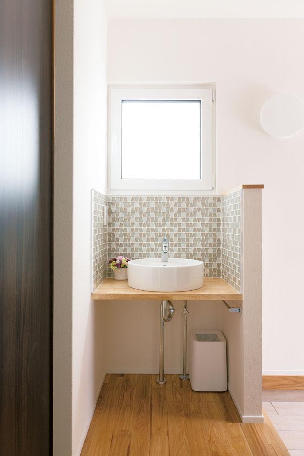 低燃費住宅 静岡(TK武田建築)【子育て、自然素材、省エネ】来客も使えるおしゃれな洗面台を玄関横に造作。タイルは奥さまがチョイス