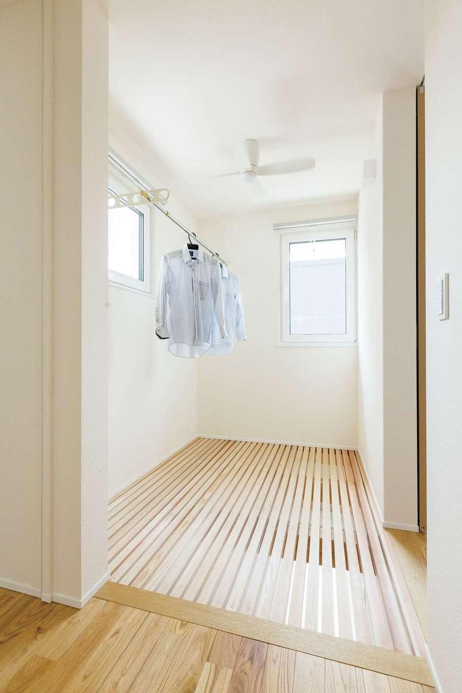 低燃費住宅 静岡(TK武田建築)【子育て、自然素材、省エネ】同社の完成見学会で見た格子床を取り入れた2階ランドリースペース。空気が家中を循環していて乾きも速い
