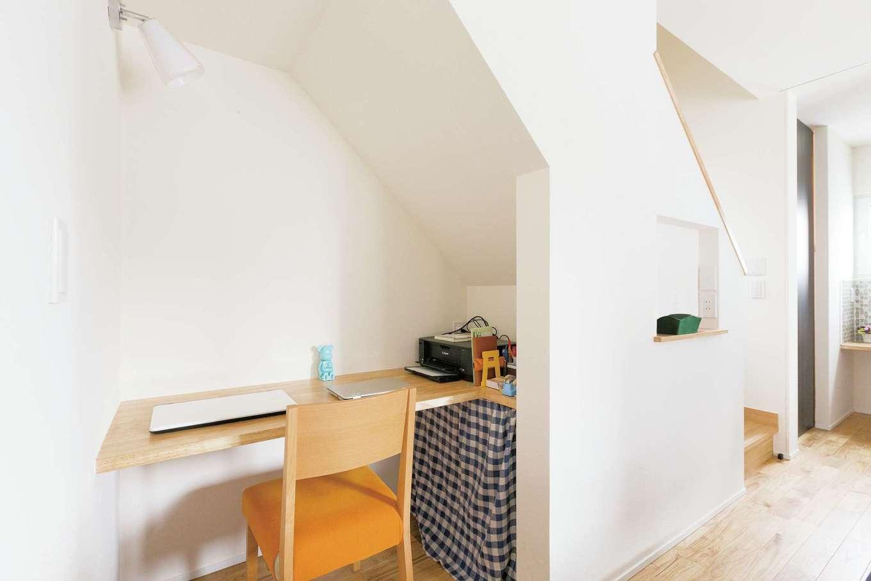 低燃費住宅 静岡(TK武田建築)【子育て、自然素材、省エネ】階段下はデス クを造り付けてご主人の書斎コーナーに。 家族の気配を感じながらパソコンを見ていられる