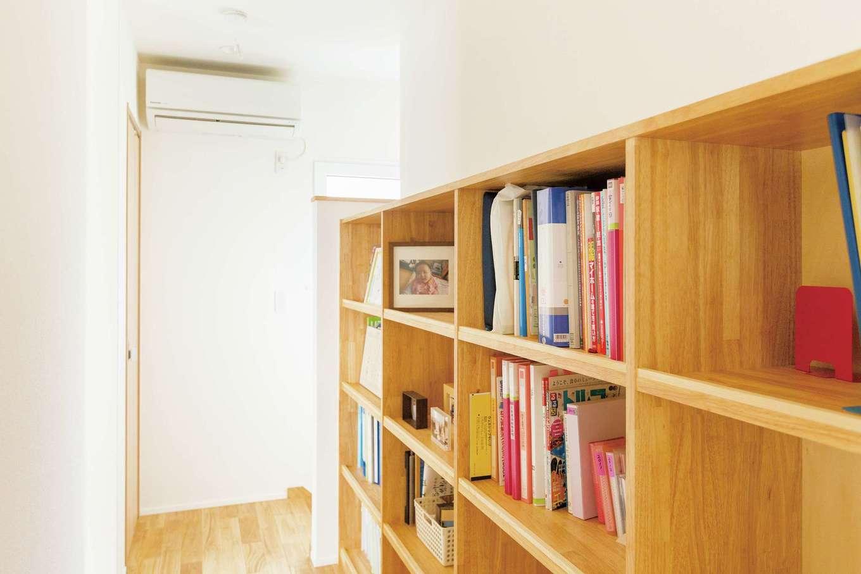 低燃費住宅 静岡(TK武田建築)【子育て、自然素材、省エネ】夫婦とも仕事の本など多く持つため、2階ホールに本棚を造り付け。夏は奥にあるエアコン1台で、冬は1階にあるオイルヒーター1台で暮らせる
