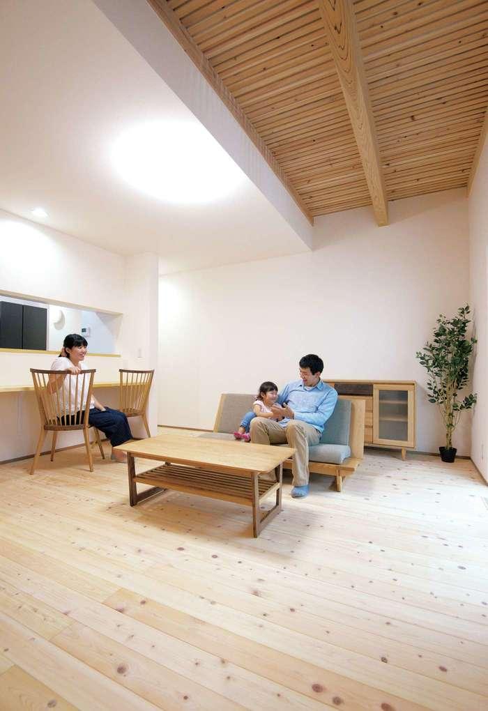 低燃費住宅 静岡(TK武田建築)【子育て、自然素材、省エネ】床は無垢のヒノキ。壁と天井は調湿効果の高いルナ漆喰。家具は「久和屋」で統一し、温かみのある空間を演出