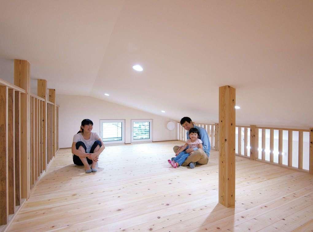 低燃費住宅 静岡(TK武田建築)【子育て、自然素材、省エネ】右側のホールと左側の寝室を結ぶロフト。木の格子が爽やかな風を運んでいく