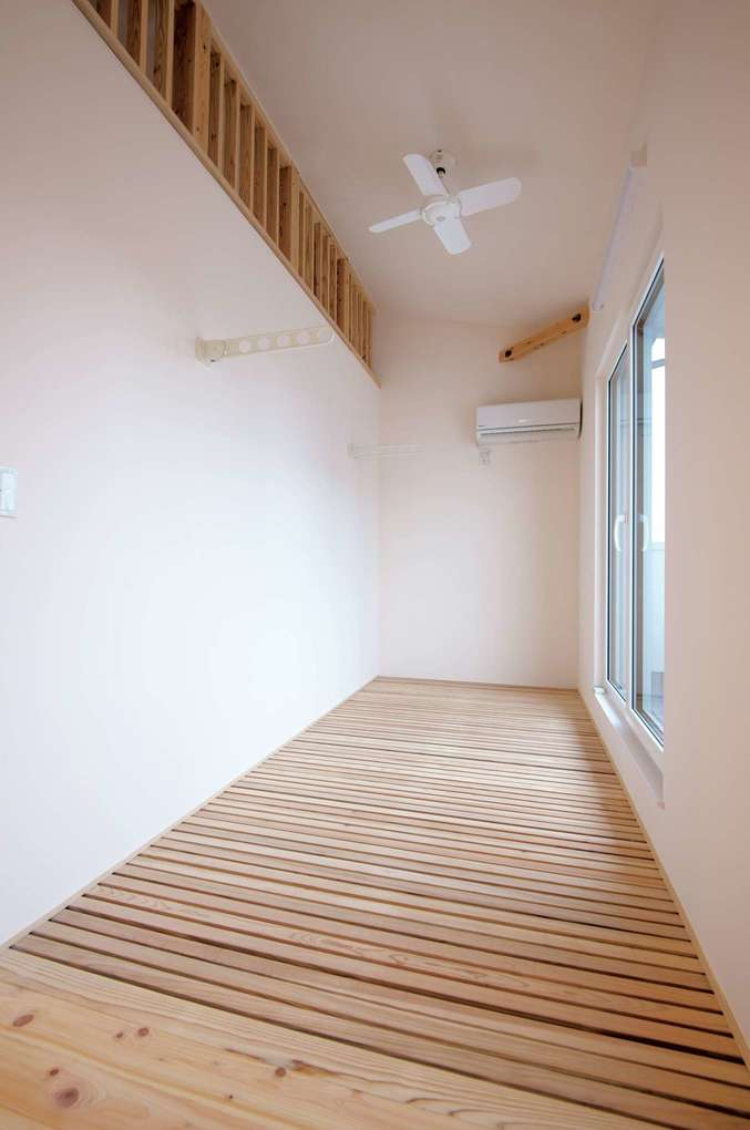低燃費住宅 静岡(TK武田建築)【子育て、自然素材、省エネ】エアコンからの涼しい風をファンで循環。床からは階下へ、壁の上部からはロフトを通って寝室へ、さらに廊下や階段までも。洗濯物の室内干しにも使えるスペース