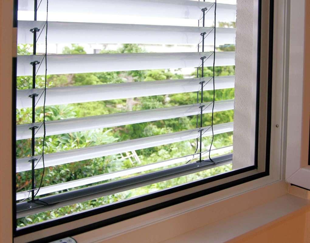 低燃費住宅 静岡(TK武田建築)【子育て、自然素材、省エネ】電動の外部ブラインドは窓の外で光を遮るために遮熱効果が高い。強風時には自動で収納される