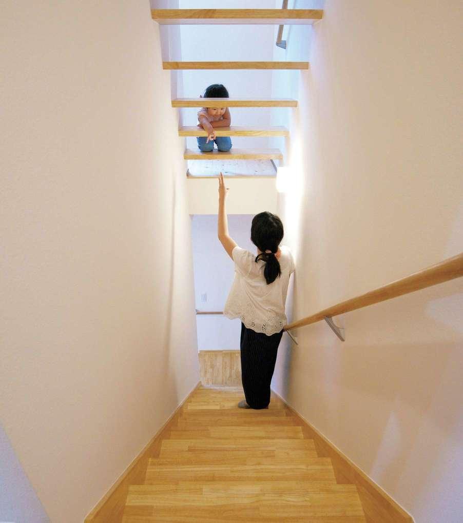 低燃費住宅 静岡(TK武田建築)【子育て、自然素材、省エネ】ロフトへはスケルトンの階段で。これも通風を考慮した工夫のひとつ