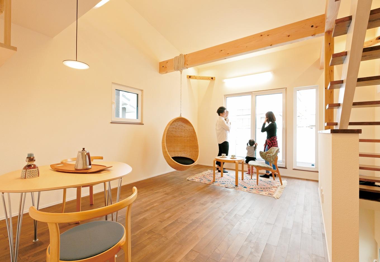 低燃費住宅 静岡(TK武田建築)【自然素材、省エネ、間取り】プライバシーを守りつつ、明るさと風通しを確保した2階リビングは快適そのもの