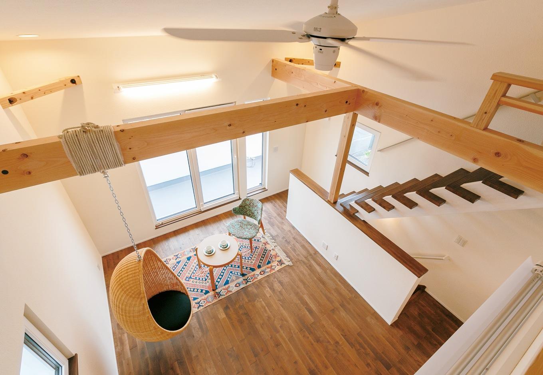低燃費住宅 静岡(TK武田建築)【自然素材、省エネ、間取り】ロフトからリビングを見下ろす。床は無垢のカバサクラ