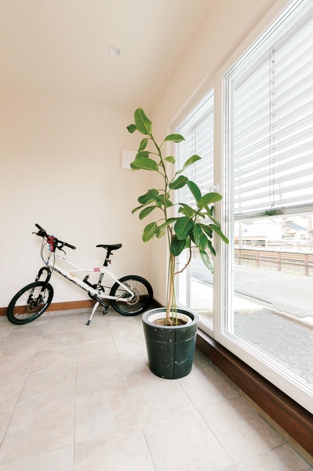 低燃費住宅 静岡(TK武田建築)【自然素材、省エネ、間取り】土間のデザインタイルは陽だまりの蓄熱、エアコンの蓄冷効果を発揮。外部ブラインドで日射を調節できる