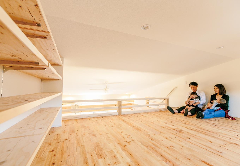 低燃費住宅 静岡(TK武田建築)【自然素材、省エネ、間取り】コンパクトな建物の最大の課題は「収納」。家族の衣類は1階のウォークインクローゼットに集約し、旦那さまの大切な本やレコードはロフトに収納することに。ディスプレイしつつ収納できる本棚を造作してもらい、憧れの書斎が実現。天井高1,400mm以下で、固定資産税の対象にならないボーナス空間になった