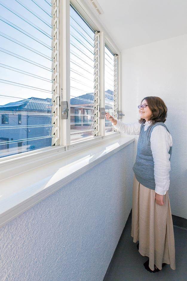 低燃費住宅 静岡(TK武田建築)【子育て、自然素材、省エネ】ご主人が花粉症なので、洗濯物は外に出さず、サンルームで室内干し。ルーバー式のサッシが光と風を通し、乾きも早い