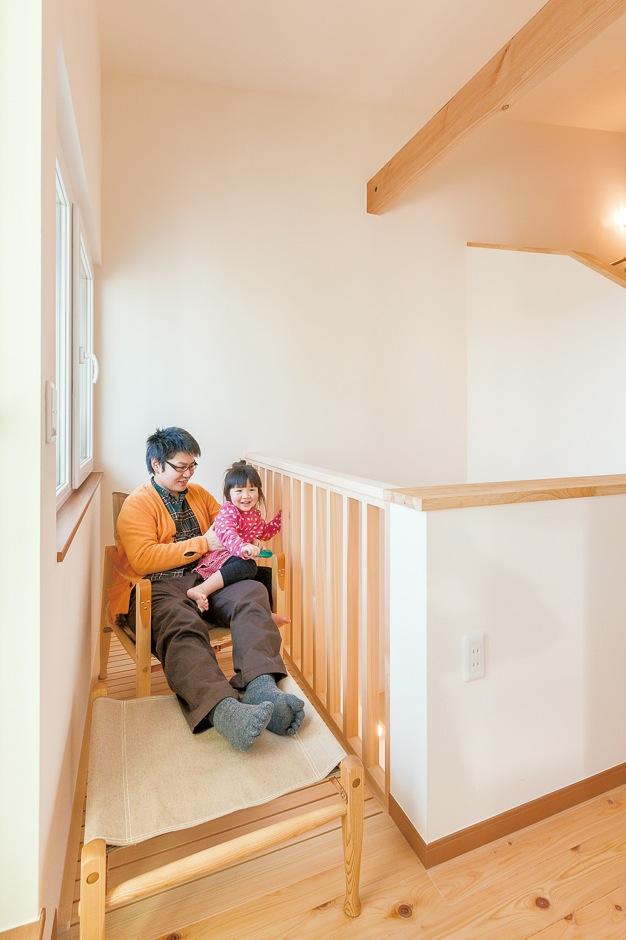 低燃費住宅 静岡(TK武田建築)【子育て、自然素材、省エネ】キャットウォークはパパのリラックススペース。小さな子どもの足の指が引っかからないよう、木と木の間隔を狭くしてある