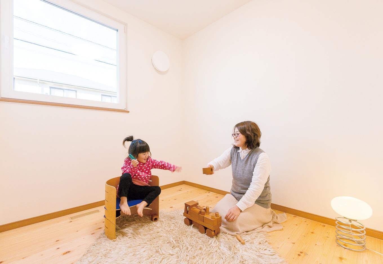 低燃費住宅 静岡(TK武田建築)【子育て、自然素材、省エネ】天然木の香りが気持ちいい子ども部屋。ヒノキの床は、ご主人が『低燃費住宅 静岡』の社長と一緒に浜松の材木屋まで足を運び、比較検討して選んだ。エアコン1台で家中の温度が同じなので、年中薄着で過ごすことができる