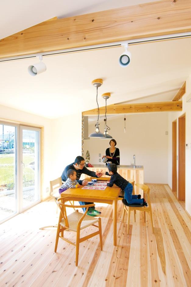 蓄熱・蓄冷性能を持つ無垢杉と、調湿性能を持つルナしっくいの自然素材に包まれたLDK。天井、壁の漆喰は調湿性能も高い。真南に窓を設計したため明るい日差しが入り、外の寒気をシャットアウトした室内は快適そのもの