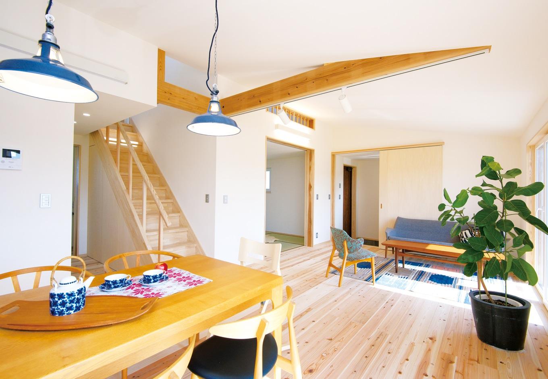 のびのびと広い空間が広がるリビング、ダイニング。家中同じ温度だからリビング階段も冷暖房の効率を気にせずにすむ