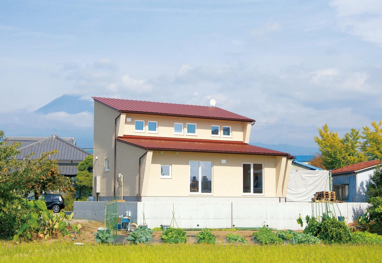 低燃費住宅 静岡(TK武田建築)【子育て、自然素材、省エネ】南側に大きく伸ばした庇が夏の強い日差しをさえぎり、太陽高度の低い冬の日光を室内に取り入れてくれる