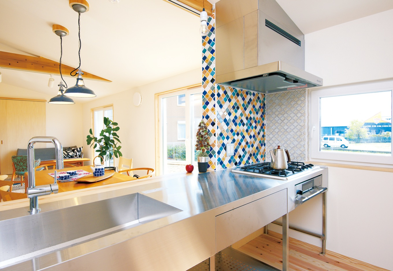 ステンレスの調理台にタイルをあしらったキッチン。住設機器は住む人の好みに対応