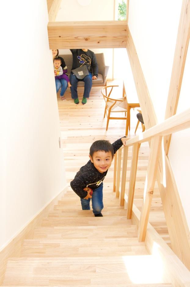 階段と手すりを造作。木のぬくもり感が子どもの感性を豊かに育んでくれそう