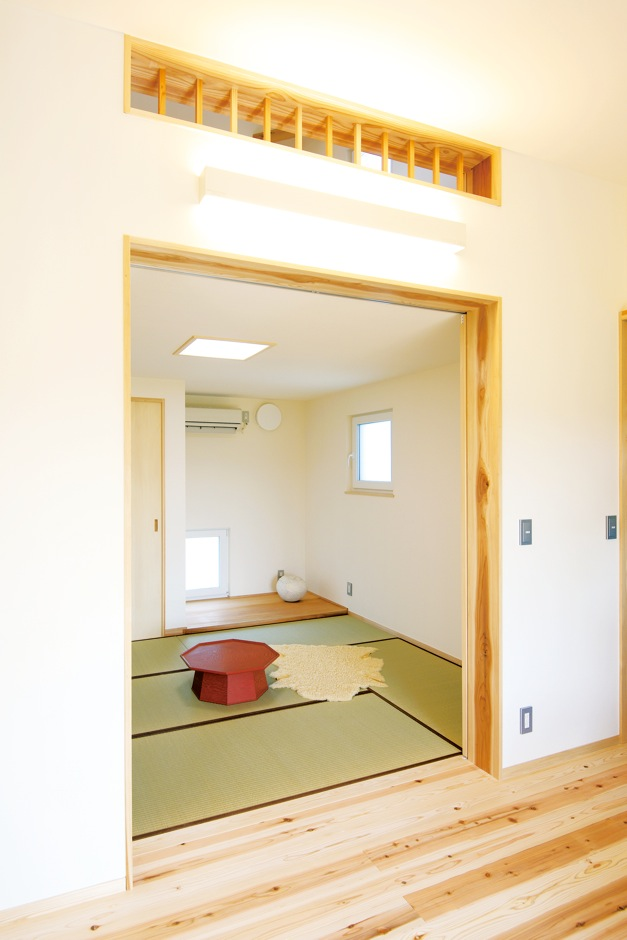 低燃費住宅 静岡(TK武田建築)【子育て、自然素材、省エネ】和室上の通気窓は2階の子ども部屋に通じ、暖かい空気と冷たい空気が自然に循環するのを助けてくれる
