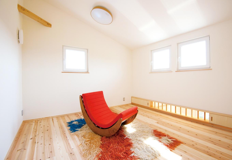 勾配天井の子ども部屋。通気窓は家族の雰囲気をさりげなく伝えてくれる役割も