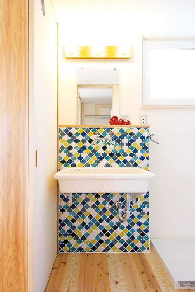 キッチンと色違いのタイルを使った、自社大工手づくりの造作洗面台