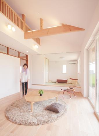 天井を高く、開口部を広く設け、平屋とは思えないほどの開放感を実現。W断熱とトリプル樹脂サッシの効果で家中の温度差がない