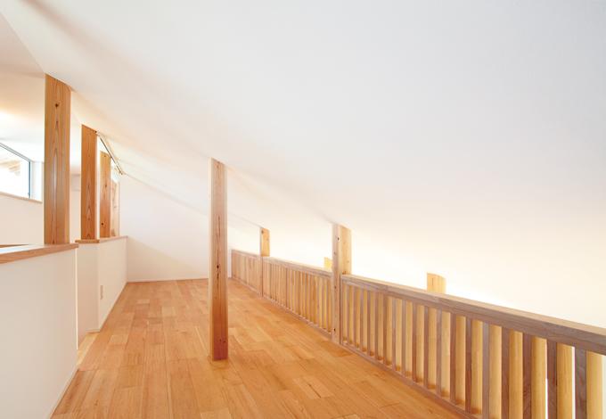 勾配天井を活かした広いロフトスペース。収納はもちろん、趣味部屋としても使えそう。採光と通風もこの高窓から確保できる