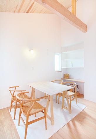 ナチュラルなテイストで統一されたダイニング。現しの梁、床と家具がベストマッチした空間で会話もはずみそう