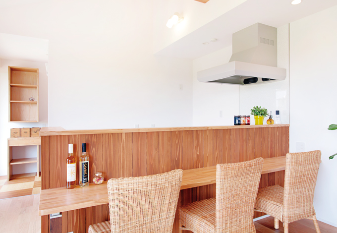 カフェスタイルのキッチンは奥さまのお気に入り。シンプルなデザインの中に木のあたたかみを感じる