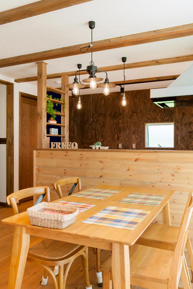 木をふんだんに使ったナチュラルな空間にインダストリアルスタイルのランプや雑貨が映える。キッチン背面の古材風合板の壁もオシャレ