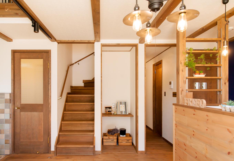 リビングのなかに階段と水回り動線の廊下があるため開放感と一体感がある。廊下側の収納スペースをパソコンコーナーにアレンジした