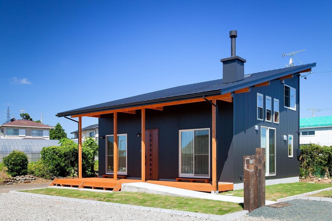 BinO菊川 MKホーム 【デザイン住宅、子育て、間取り】無駄のない美しいデザインが魅力の「LOAFER」。大胆な片流れの屋根に、黒いガルバリウムと木のコントラストがスタイリッシュ