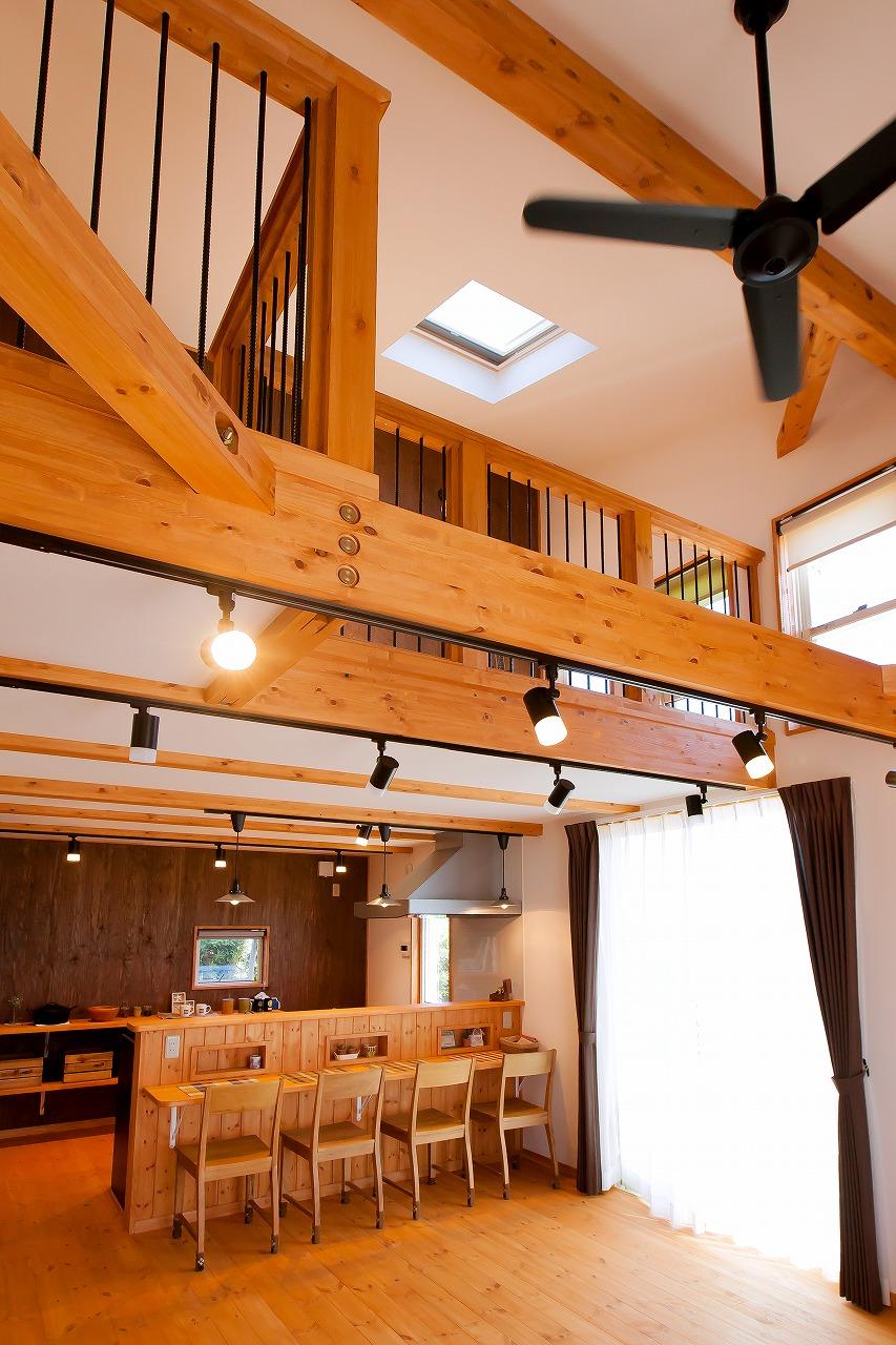 BinO菊川 MKホーム 【デザイン住宅、子育て、間取り】家族がどこにいても気配を感じられる吹抜けのリビング。平屋でも2階でもないちょうどいい空間は、いつも家族の笑い声が絶えない。冬は薪ストーブ1台で家中がポカポカ暖まり、夏は風通しがいいので、エアコンなしで過ごせる