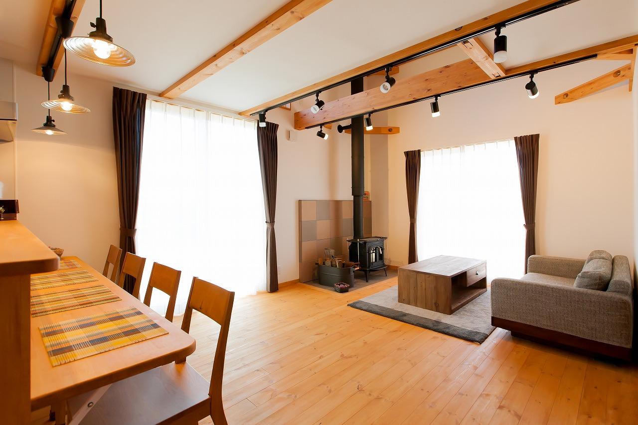 BinO菊川 MKホーム 【デザイン住宅、子育て、間取り】家族が自然に集まってくるリビング。足触りのいい床は無垢のパイン材。キッチンの造作カウンターは折りたたみ式で、親戚や大勢の友人が集まったときに便利