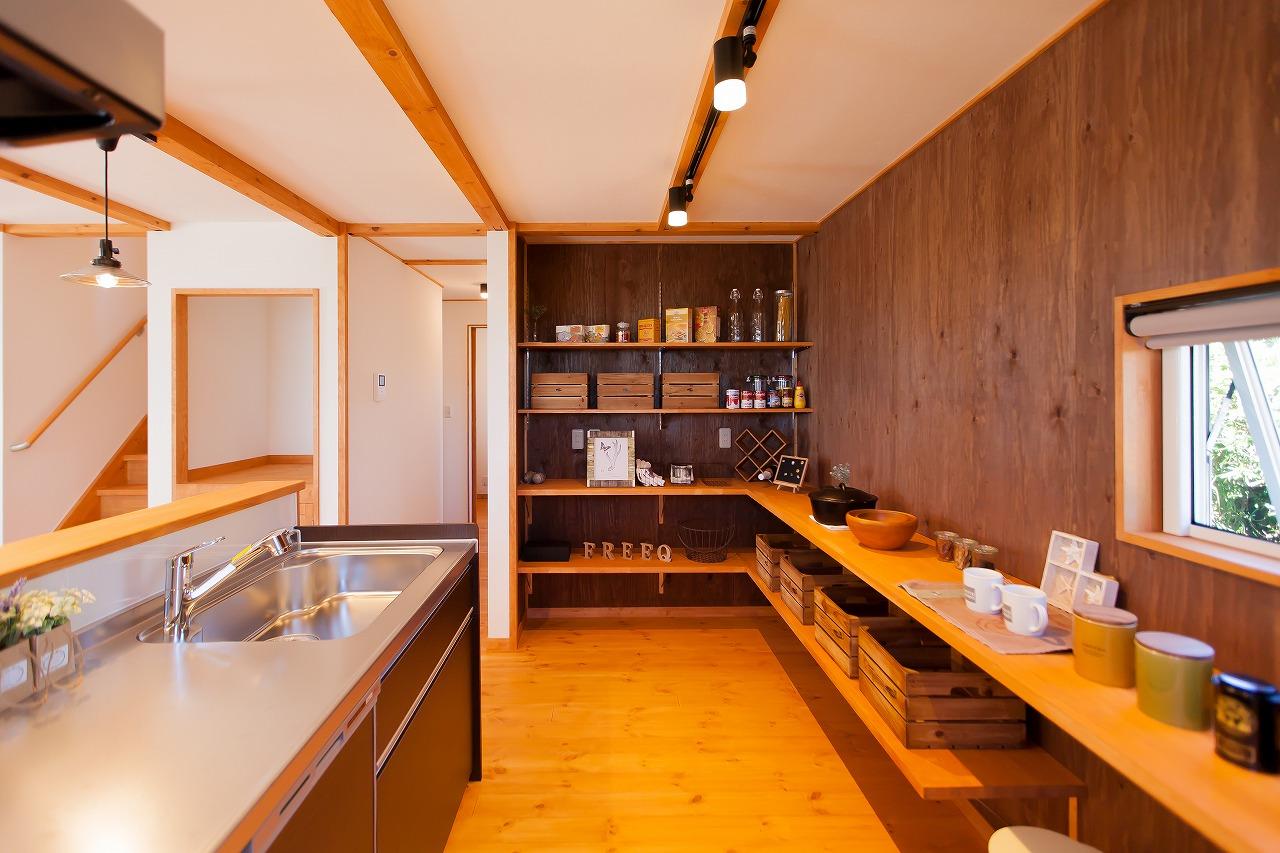 BinO菊川 MKホーム 【デザイン住宅、子育て、間取り】お母さまの身長に合わせて、食器棚は低くレイアウトした。パントリーの扉もなくし、見せる収納棚に。合板の壁はいつでも簡単に棚を追加することができる