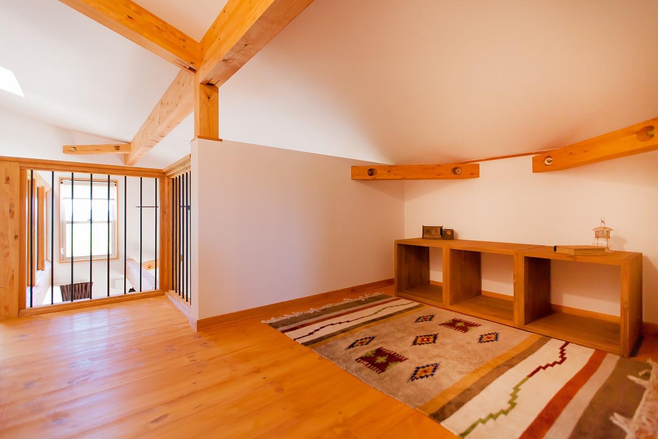 BinO菊川 MKホーム 【デザイン住宅、子育て、間取り】フリースペースは書斎や子どもの勉強専用コーナーなど、ユーティリティに使えそう。間仕切りがなく、吹抜けを通して1階とつながっているので、閉じこもる心配もない
