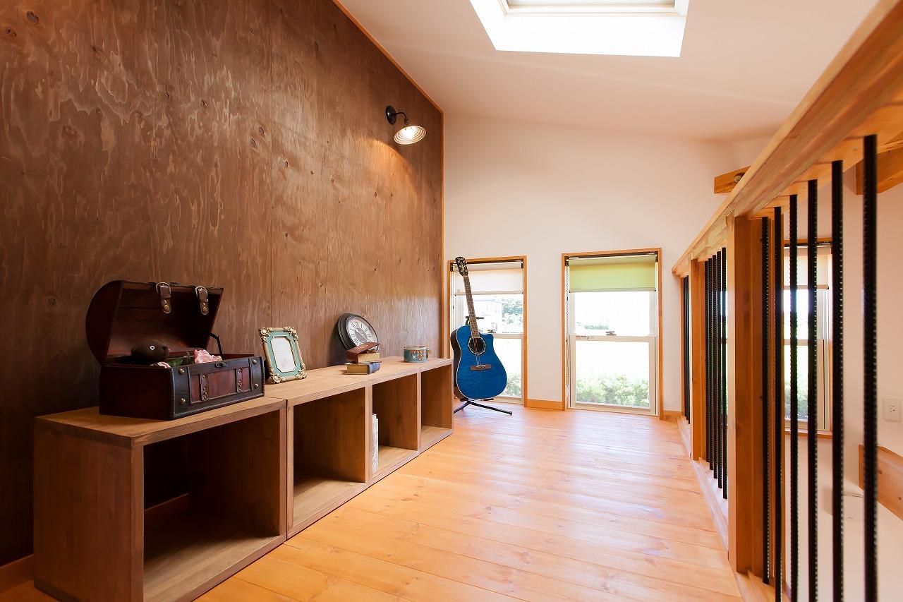 BinO菊川 MKホーム 【デザイン住宅、子育て、間取り】勾配天井のロフトは、別荘にいるような気分になれる非日常的な空間。窓からは焼津の花火も見える。トップライトから星空を眺めたり、読書を楽しんだり、家族が思い思いの時間を過ごす