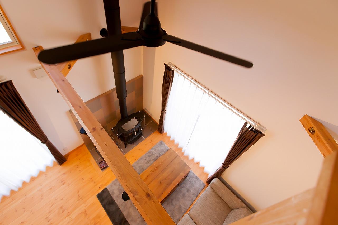 BinO菊川 MKホーム 【デザイン住宅、子育て、間取り】光と風をたっぷり招き入れる吹抜けのリビング。木の香りが優しく包み込む清々しい空間に、ゆったりとした時間が流れている