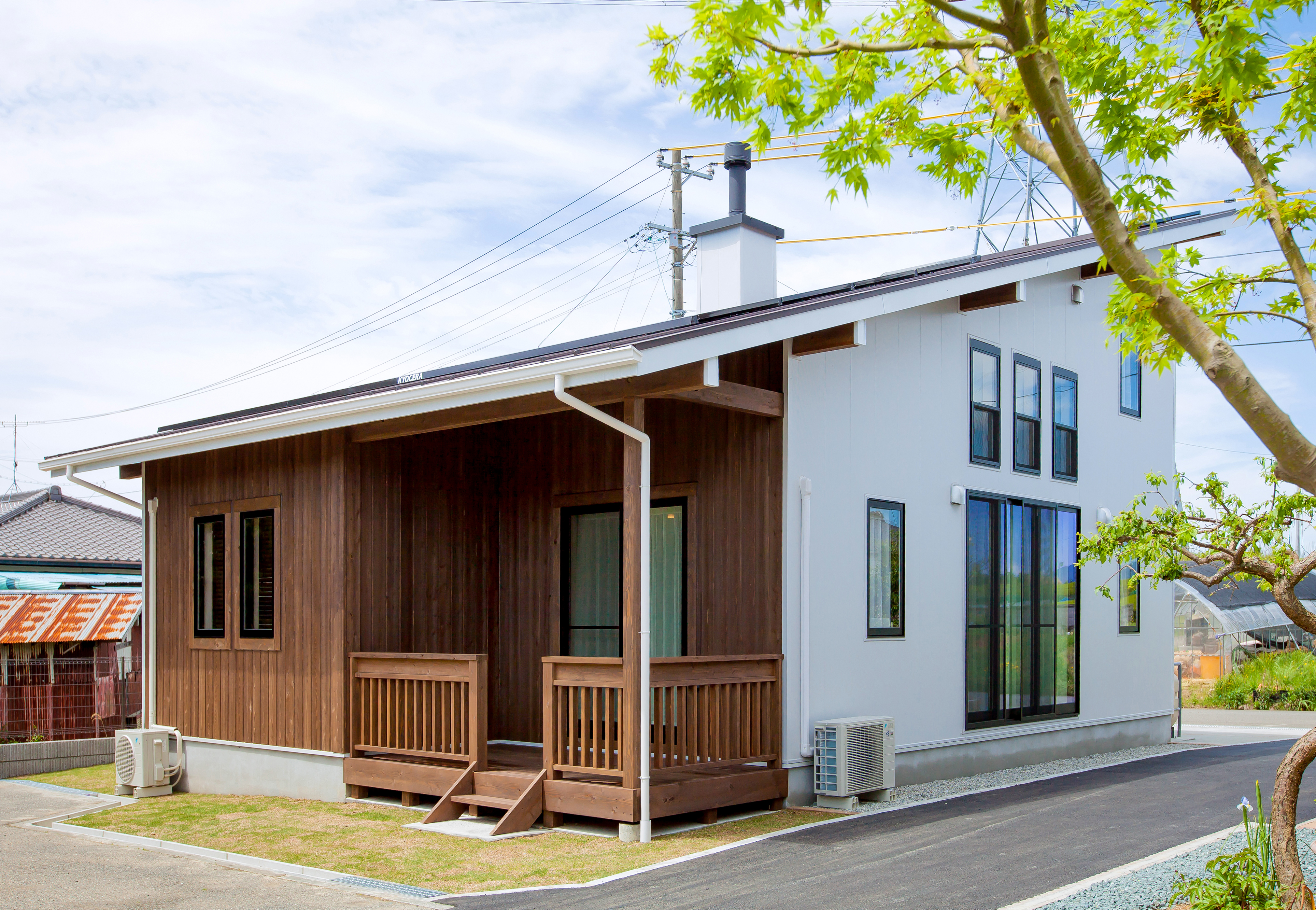 Y邸は平屋+αの1.5階建て。南面のウッドデッキはアウターリビングとしてマルチに使える。日本家屋の特徴でもある長い庇は、太陽の位置が高い夏は日光を遮り、太陽の位置が低い冬は部屋の奥までほどよく日光を届けるので、エアコンに頼らず快適に暮らせる