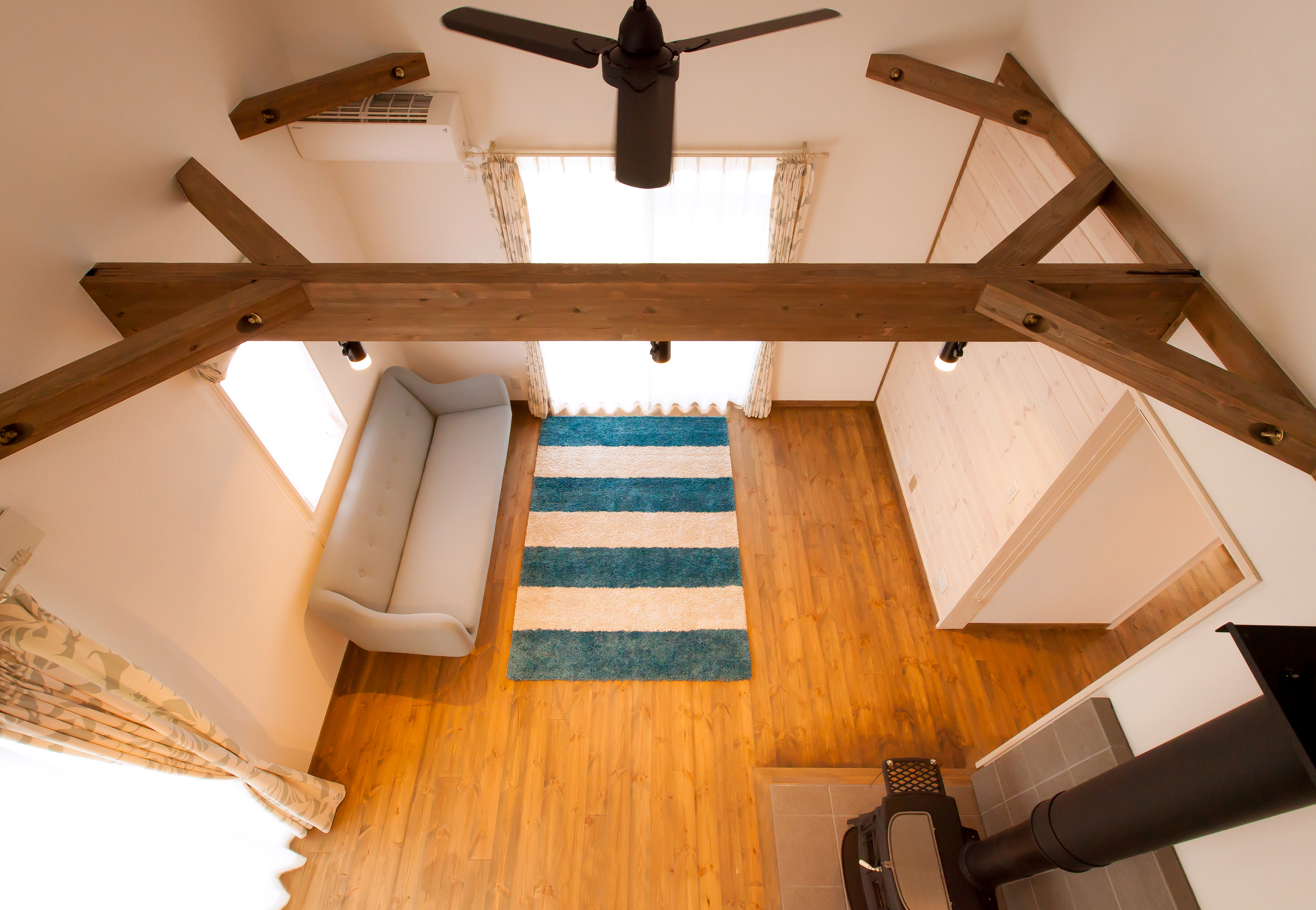 2階フリースペースからリビングをのぞむ。吹抜けを通して1階と2階が繋がっているので、常に家族の一体感を得られる。コンパクトでも、これだけ開放的に暮らせるのが「ローファー」の魅力