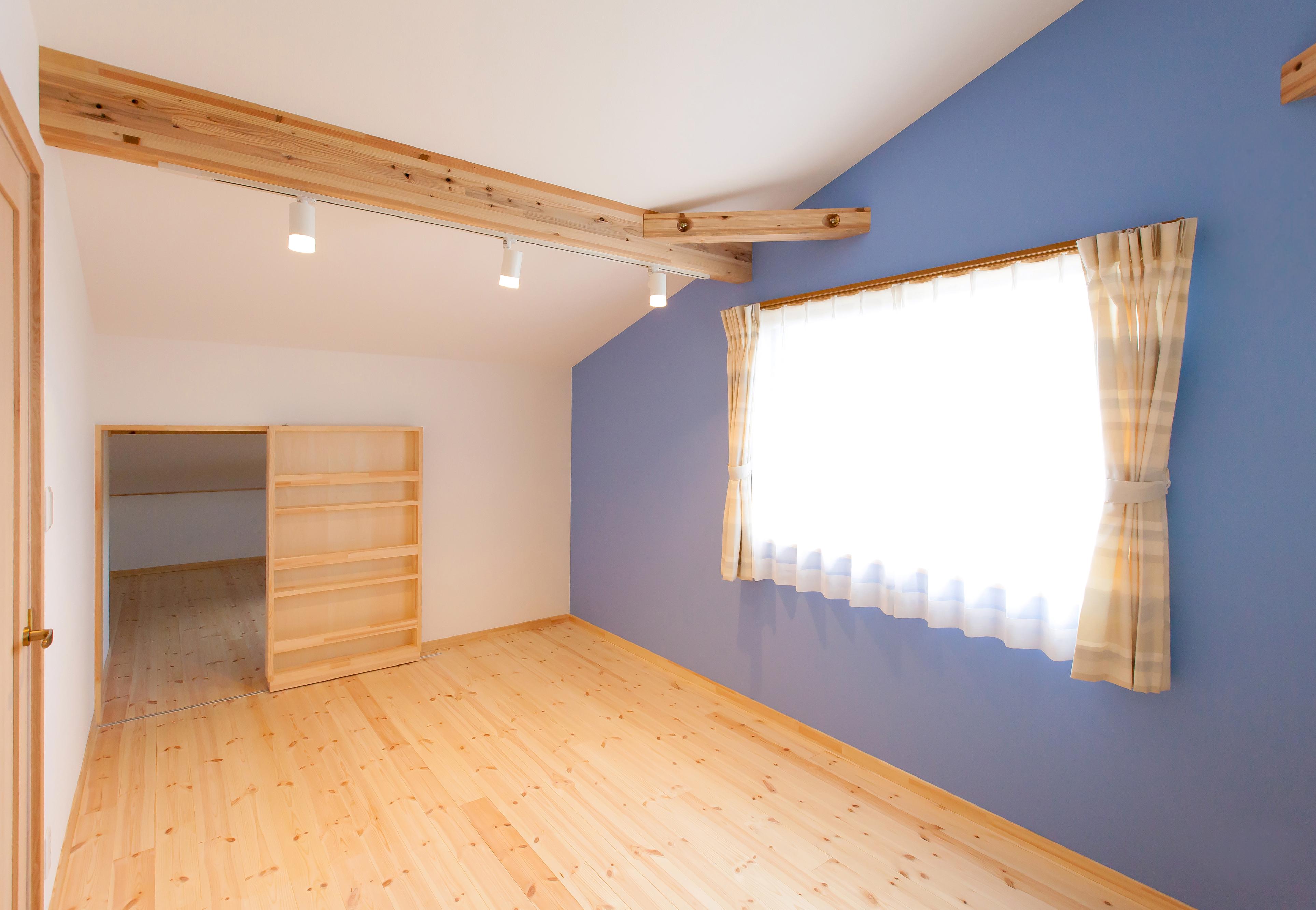 2つの子ども部屋はクロスを変えてアクセントをつけた。床の色もLDKと変えてナチュラルなテイストに。奥のにじり口を入ると小屋裏になっている