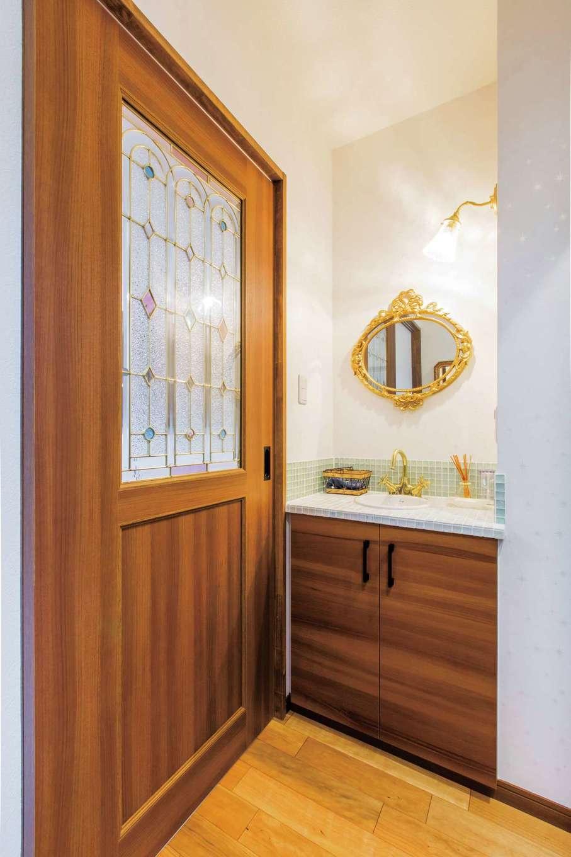 工藤建設【狭小住宅、省エネ、間取り】玄関ホールの手洗いコーナー。ラグジュアリーな照明、鏡、水洗金具、ステンドグラスもおしゃれ