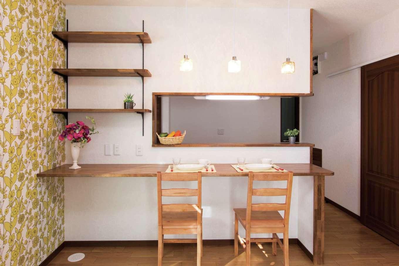 工藤建設【狭小住宅、省エネ、間取り】キッチンカウンターは忙しい朝食時に大活躍。夕方は子どもたちのスタディコーナーに