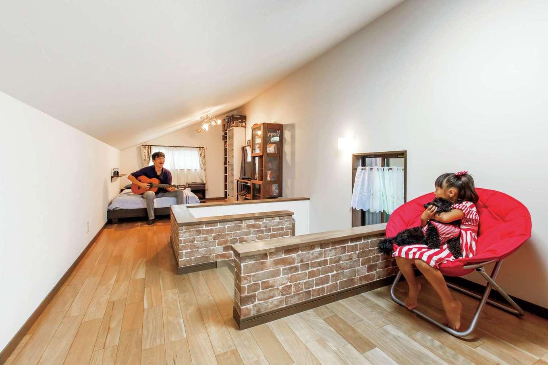 工藤建設【狭小住宅、省エネ、間取り】12畳の小屋裏はご主人の趣味部屋、仮眠室として活用。新築してからギターを始めたそう