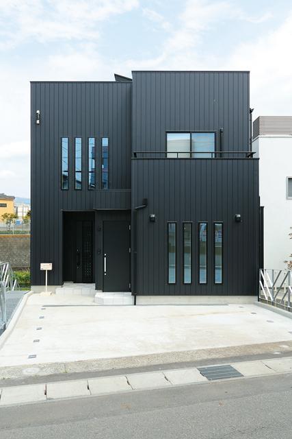 工藤建設【デザイン住宅、二世帯住宅、屋上バルコニー】外観は黒のガルバリウム。硬質で洗練された佇まいが目を引く