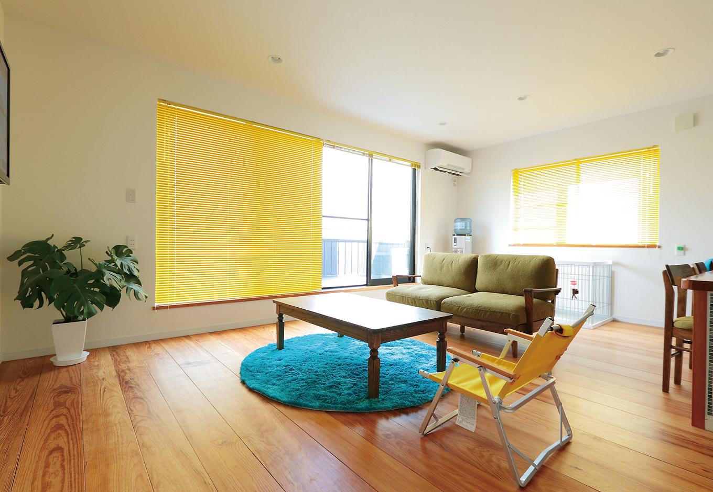 工藤建設【デザイン住宅、二世帯住宅、屋上バルコニー】子世帯の2階リビングは無垢のマツ床でぬくもりのある空間に仕上げた