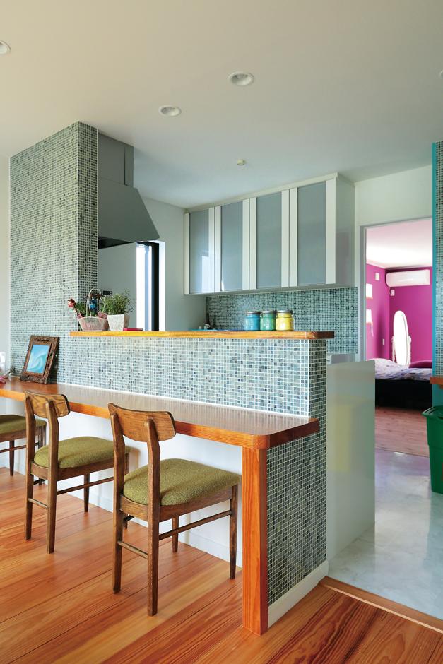 工藤建設【デザイン住宅、二世帯住宅、屋上バルコニー】2階子世帯のキッチンはブルーグリーンのタイル貼り