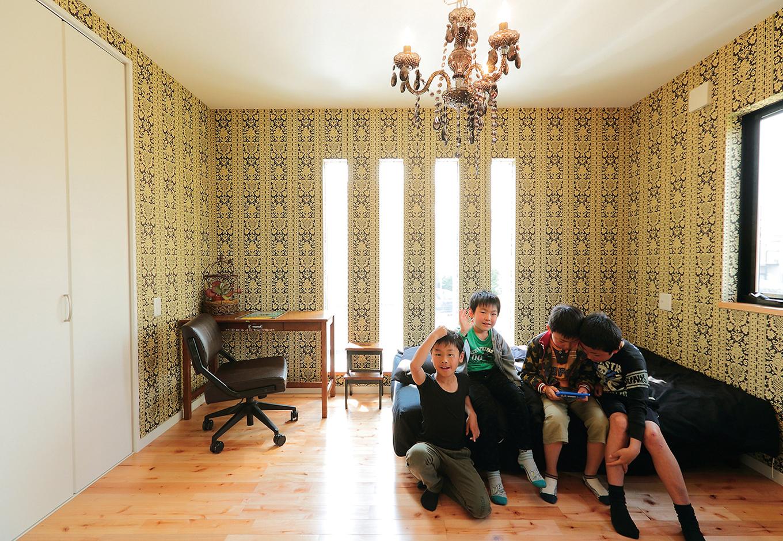 工藤建設【デザイン住宅、二世帯住宅、屋上バルコニー】長男自らセレクトした子ども部屋の壁紙は高級レストランのイメージとか