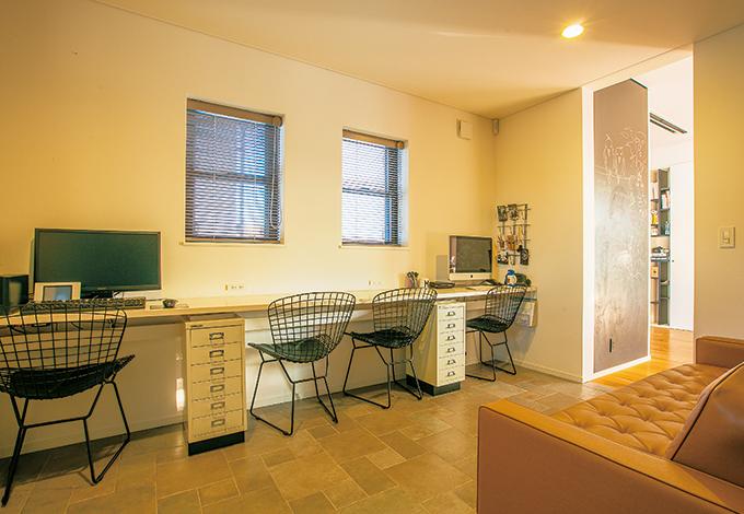 パソコンができる部屋が欲しい、というご主人の要望で作った部屋。ドアは付けずに開放感とLDKとのつながりを持たせ、その分、床はタイルに変えて空間の仕切りとした。横に長いカウンターを造作し、今はご夫婦でパソコンを、ゆくゆくは子どもたちの宿題スペースにと考えているそう
