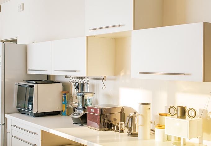 キッチン収納はインテリアショップで調達して仲田さんたちと一緒に設置。本来は横一列並びだが、炊飯器を開けた時に湯気が直接当たるのを防ぐため、一つだけ上に。かえって面白いデザインになった